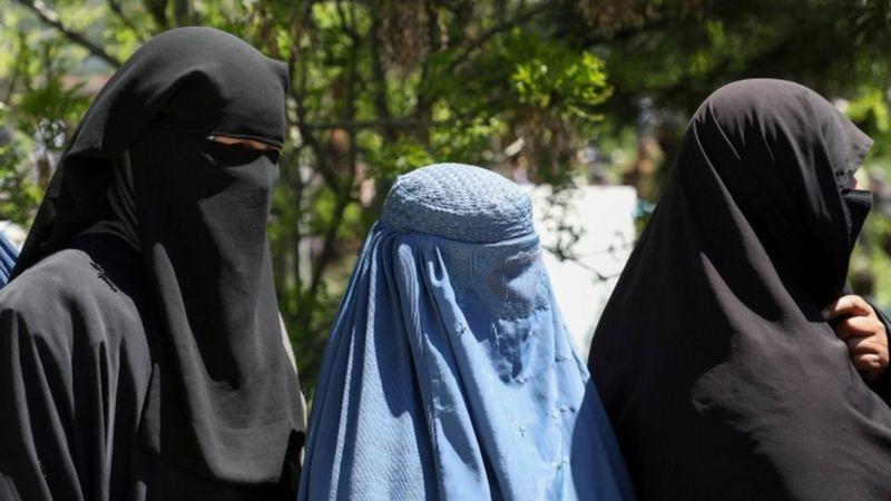 três mulheres afegãs cobertas por burqas